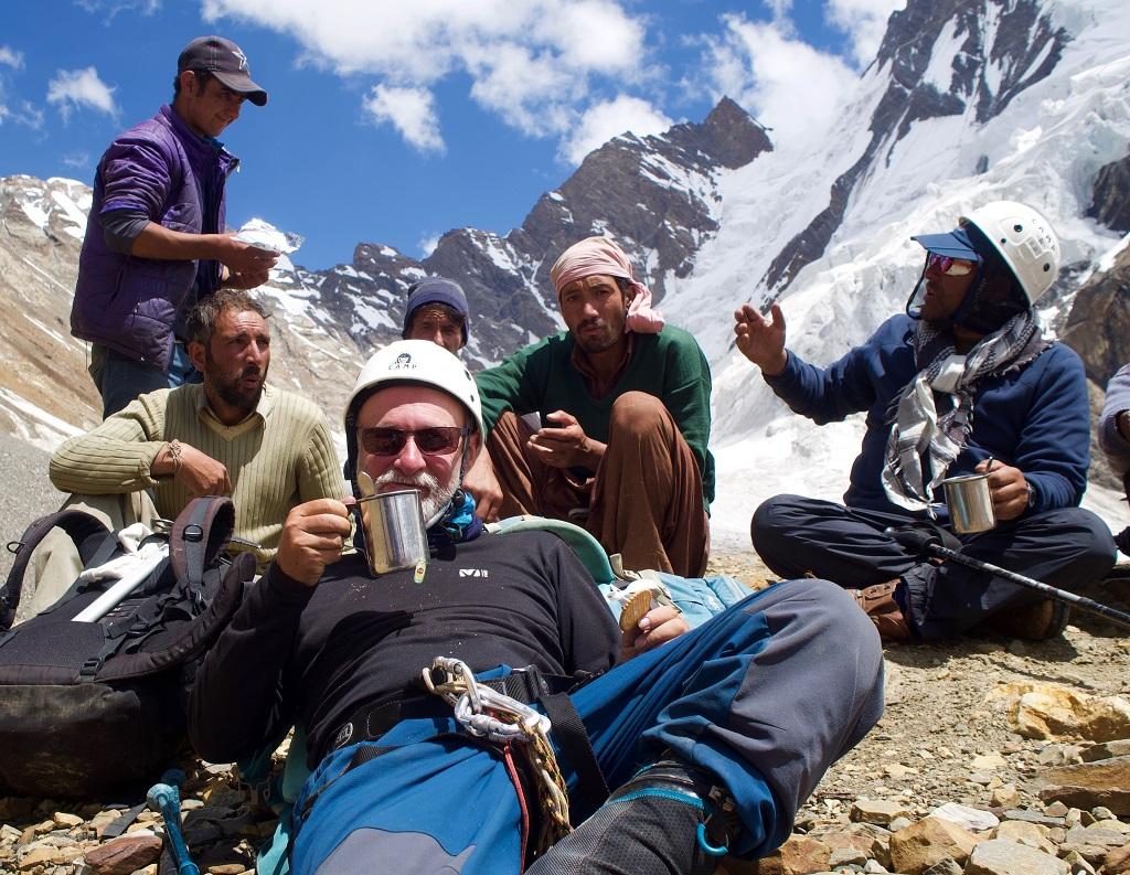 En plein treks, avec les porteurs accompagnants - ©Philippe Barthez