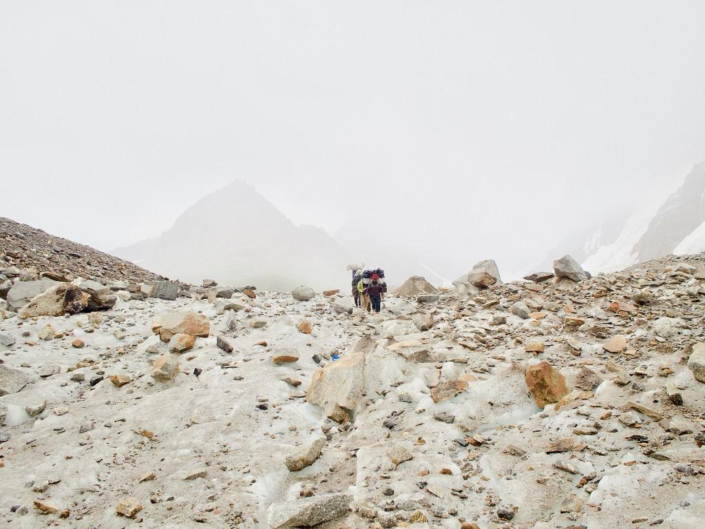 Glacier du Baltoro. Les porteurs serpentent entre les éboulis. Pour cette expédition de douze trekkeurs, ils étaient une vingtaine à nous accompagner. - ©Philippe Barthez
