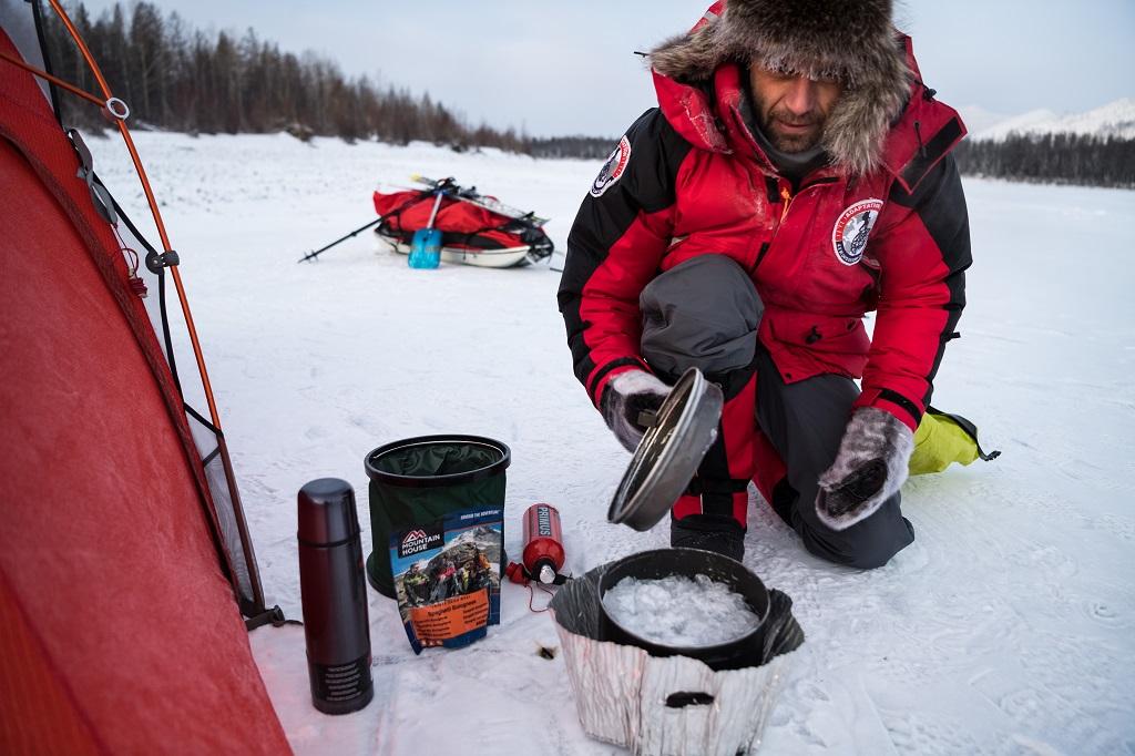 Gestion de l'énergie : pour s'alimenter dans ces conditions glaciales, Christian Clot est obligé d'apporter avec lui du carburant, lui permettant de faire fondre de la glace pour s'alimenter. La bonne gestion de cette ressource est indispensable pour terminer l'aventure.