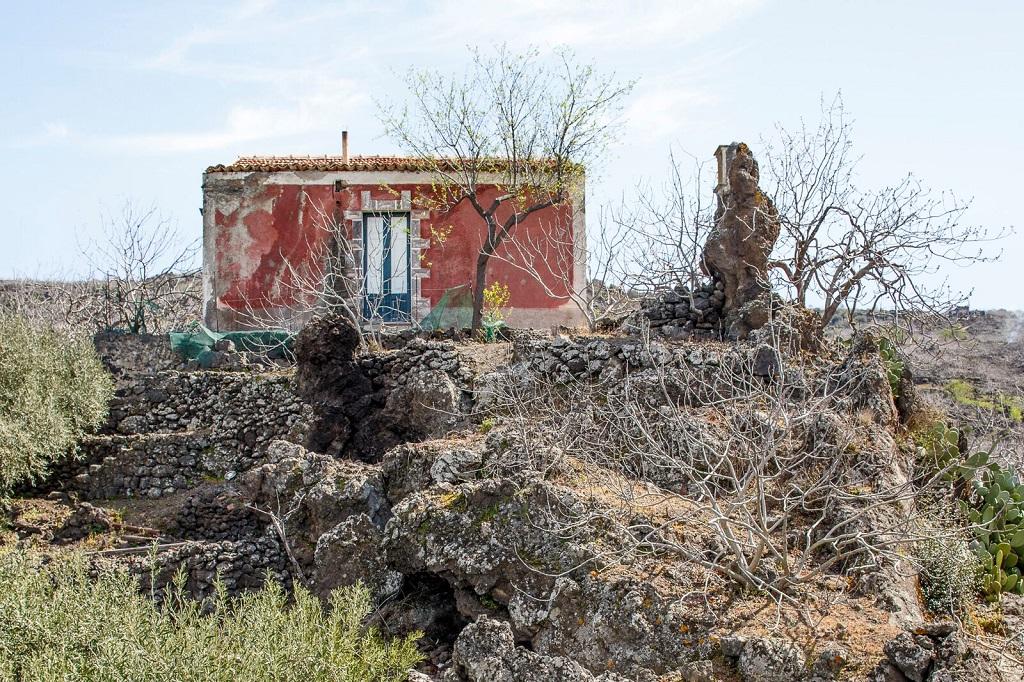 La nature pétrifiée : campagne aux alentours de Bronte. Province de Catane, 31 mars 2015. - ©Massimo Siragusa/Agence Vu'