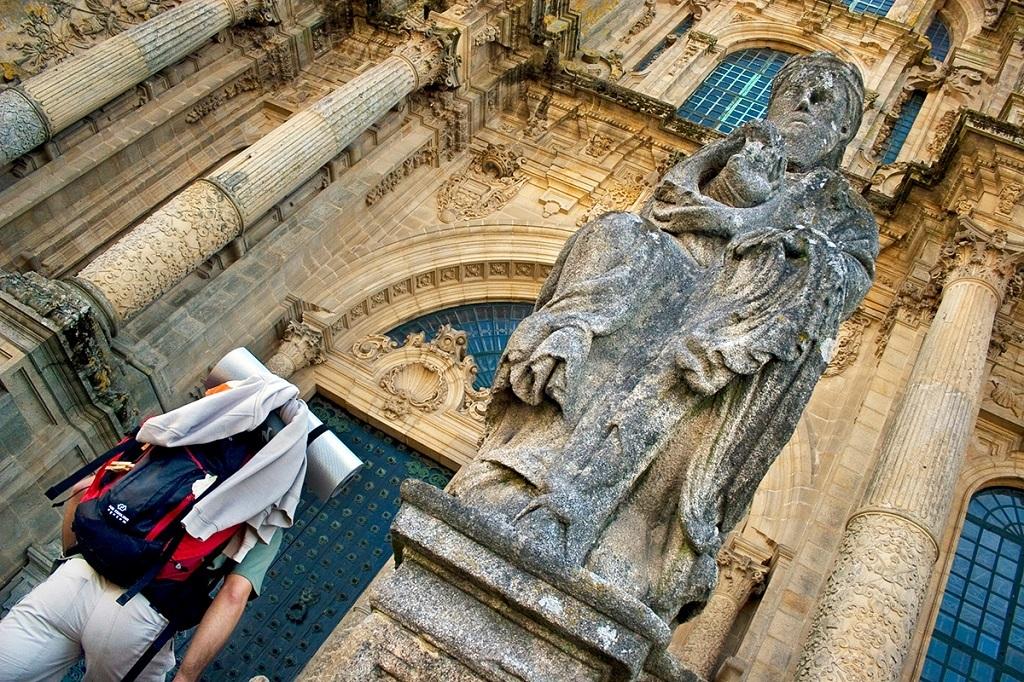 Un pèlerin arrivant à la cathédrale de Saint-Jacques-de-Compostelle, Espagne