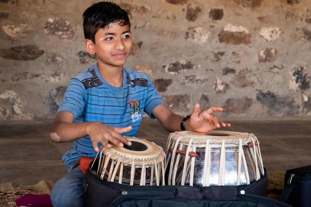 Attentif aux enseignements de son professeur, Manikanta, 13 ans, apprend avec plaisir. - ©Luc Mercure