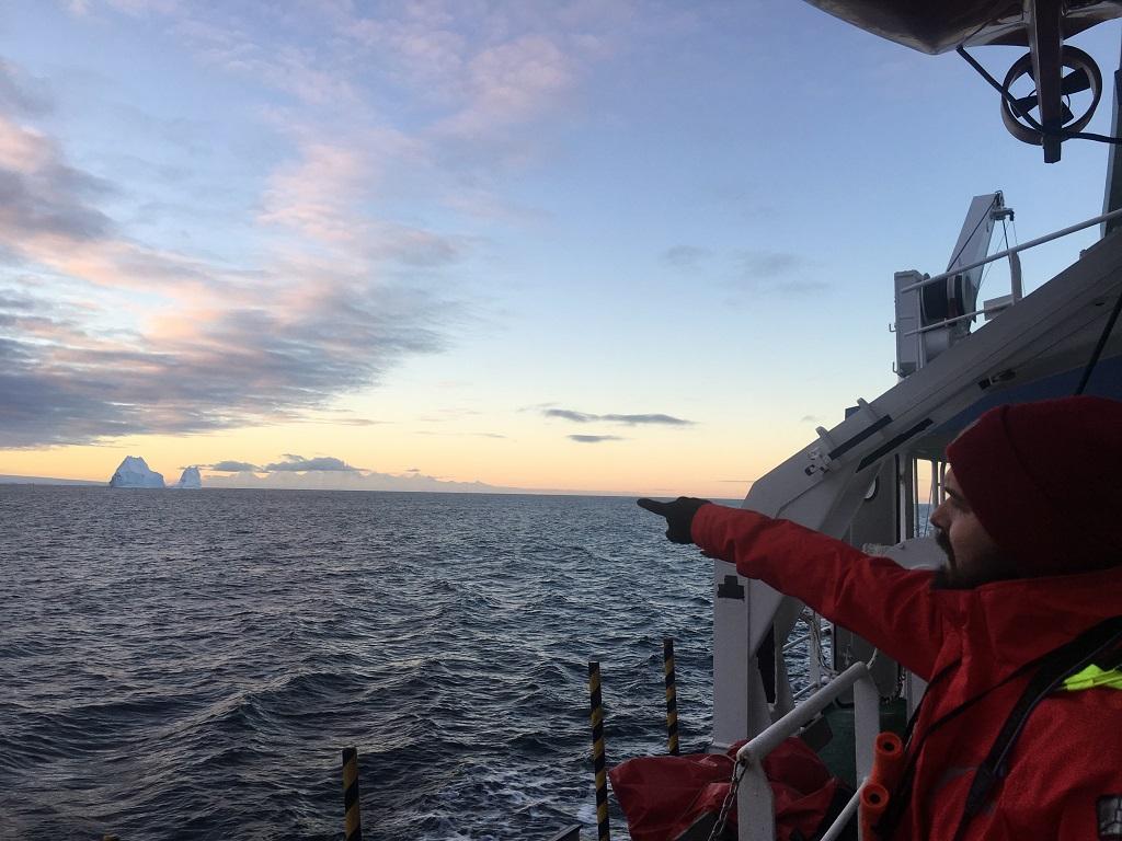 Au loin, les premiers icebergs que nous croisons enfin - ©Aymeric Labiche