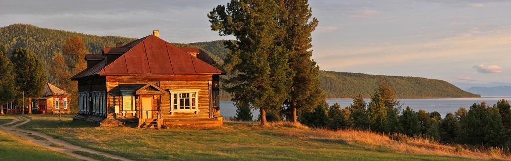 Village de Davsha. Situé sur les rives de la baie Davsha. Au loin, on voit le cap Valukan. Au premier plan se trouve le musée de la réserve naturelle. - ©Sergey Shitikov