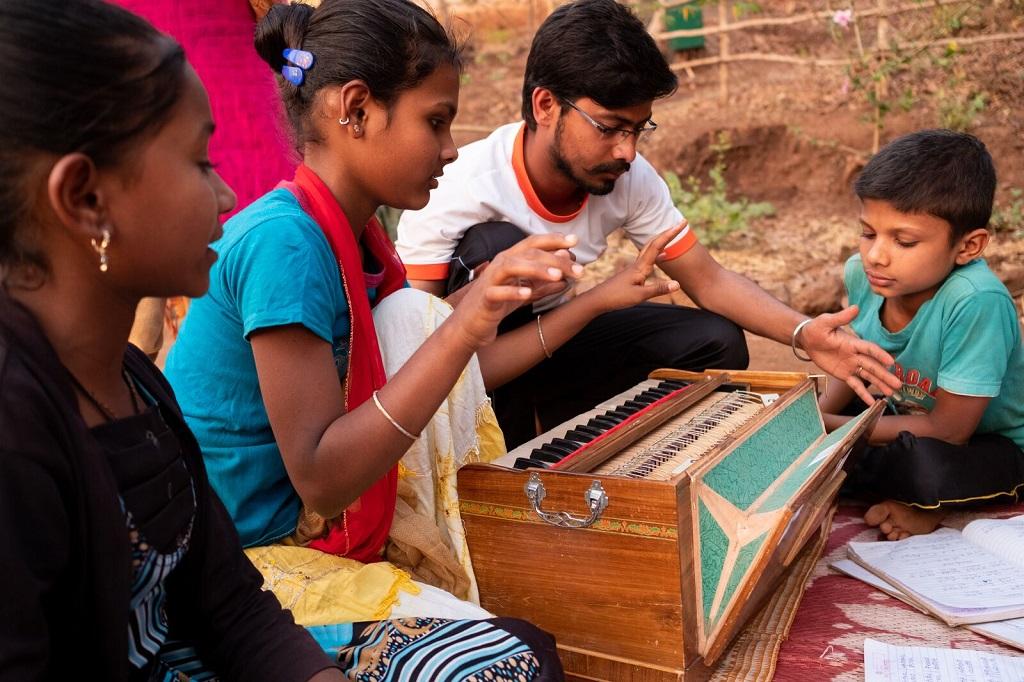 Élèves et professeur réunis autour d'un harmonium indien. - ©Luc Mercure