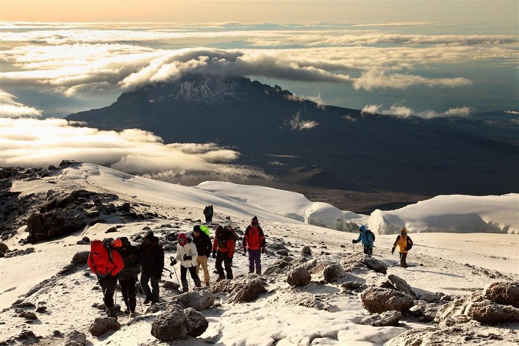 Ascension du Kilimandjaro vers 5850m avec le Mawenzi en arrière plan - ©Vincent Gaudin