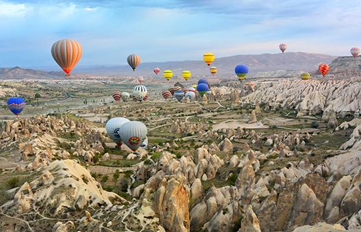 Ballet coloré de mongolfières dans le ciel de Cappadoce, Turquie © Mar Cerdeira